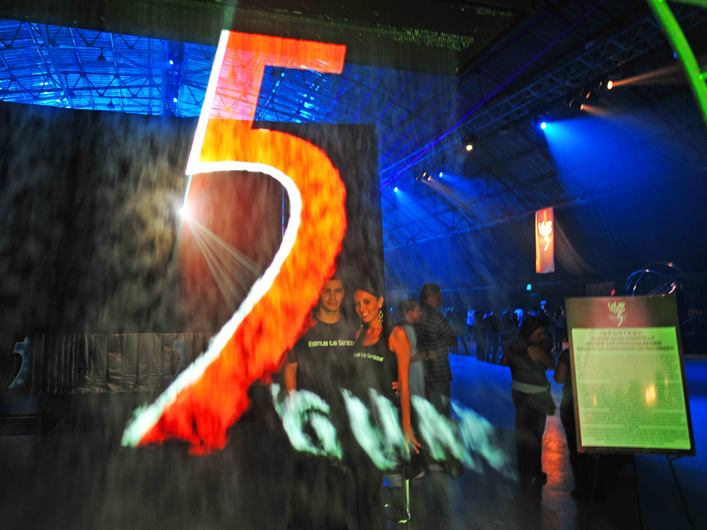 Latin Pop Sensation and Premio Lo Nuestro Pop Group of the Year Camila headlined the grand finale concert for Vive tu Musica with 5 Gum at Santa Monica's Barker Hangar. Lightwave provided laser effects in the hangar and a fog screen entrance featuring a color-changing 5 Gum logo.